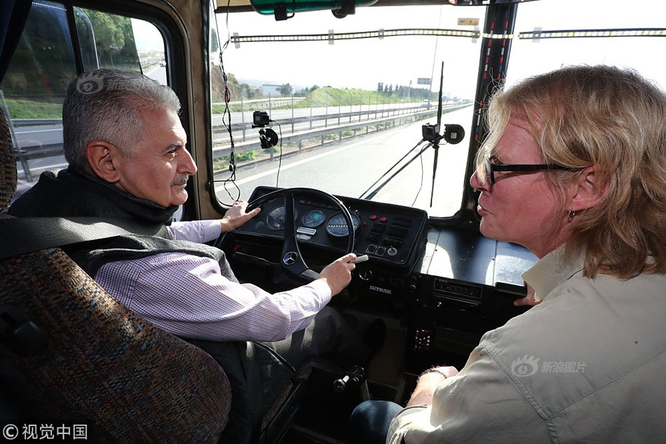 土耳其总理参加电视真人秀 体验当巴士司机】当地时间2018年1月图片
