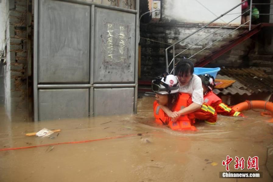 暴雨袭击福建漳浦 汽车被淹