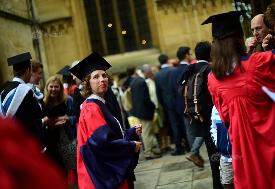 英国牛津大学毕业生拍毕业照满屏学霸风