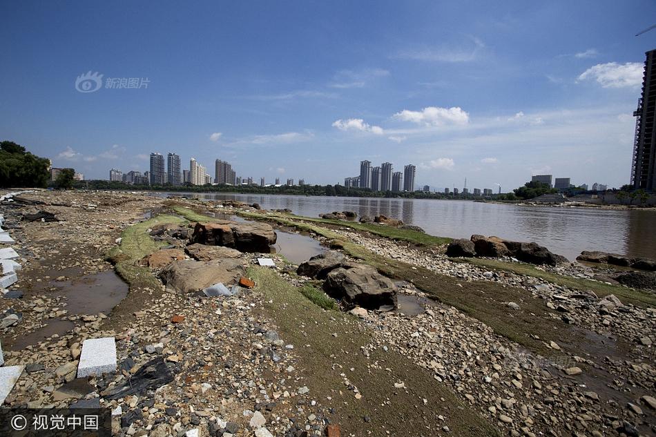 吉林:洪水过境 多辆汽车被淹