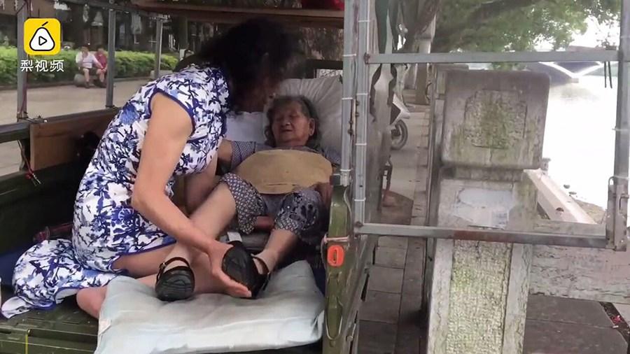 男子假扮病逝妹妹 为哄母亲开心穿女装20年