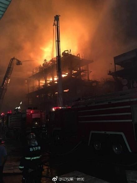 实拍中石油大连石化分公司火灾现场 起火原因还在调查