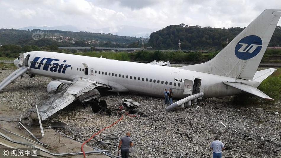 俄客机降落时起火致18伤 飞机被火焰吞没图片