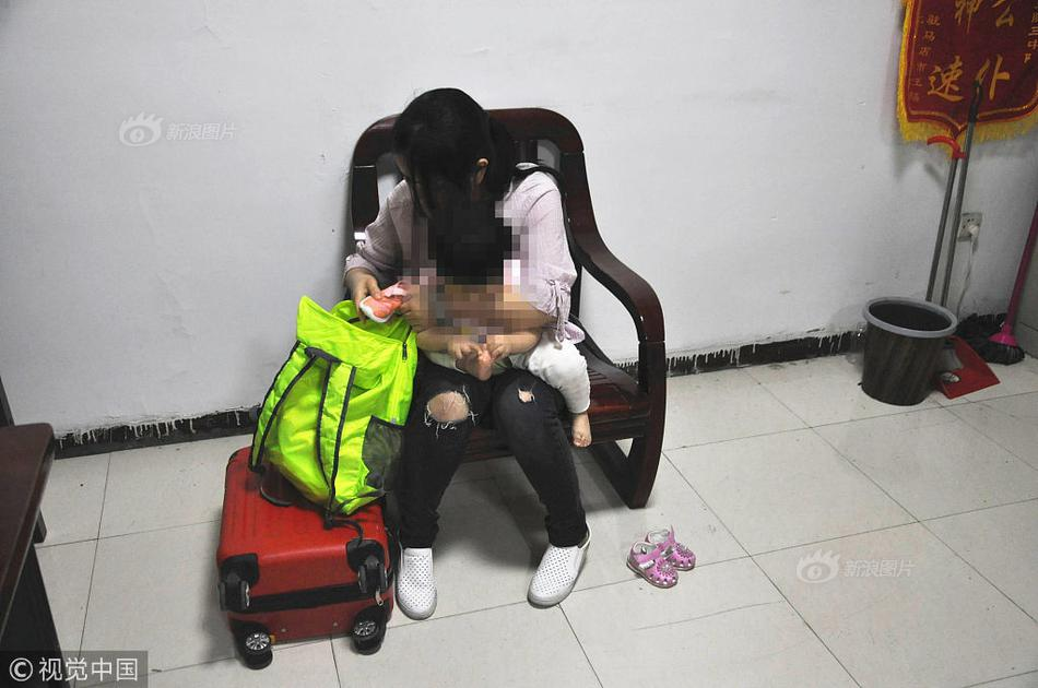 朱丹偏头痛犯了,一岁半女儿摸着额头叮嘱妈妈吃药好暖心