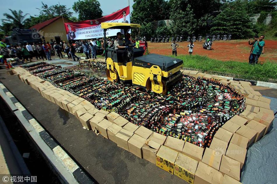 山东一货车被查司机欲喝农药 警方:农药被打翻,一滴未喝