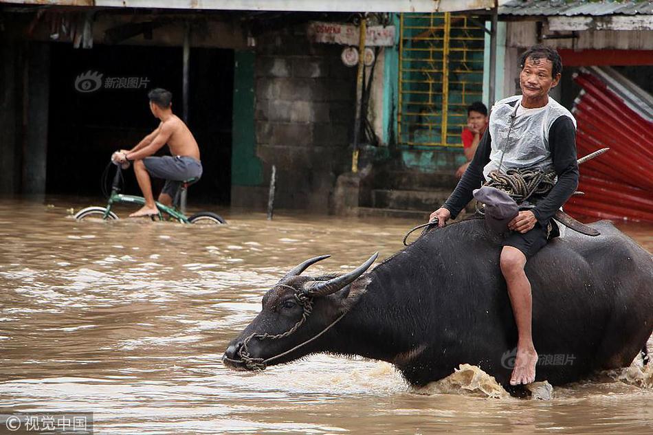 菲律宾中部遭遇风暴袭击街道被淹民众划船骑牛出行