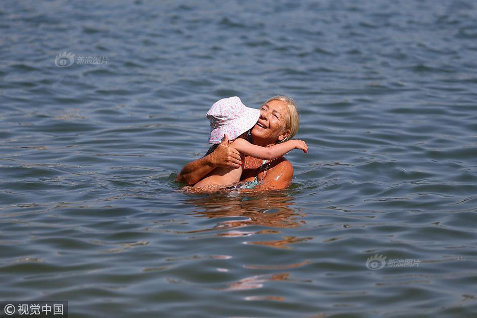 胡杏儿海边穿泳衣孕肚凸显
