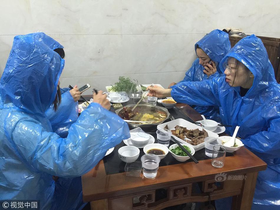 """武汉街头""""摆渡人"""":不是不怕感染,停了医护人员怎么上班"""