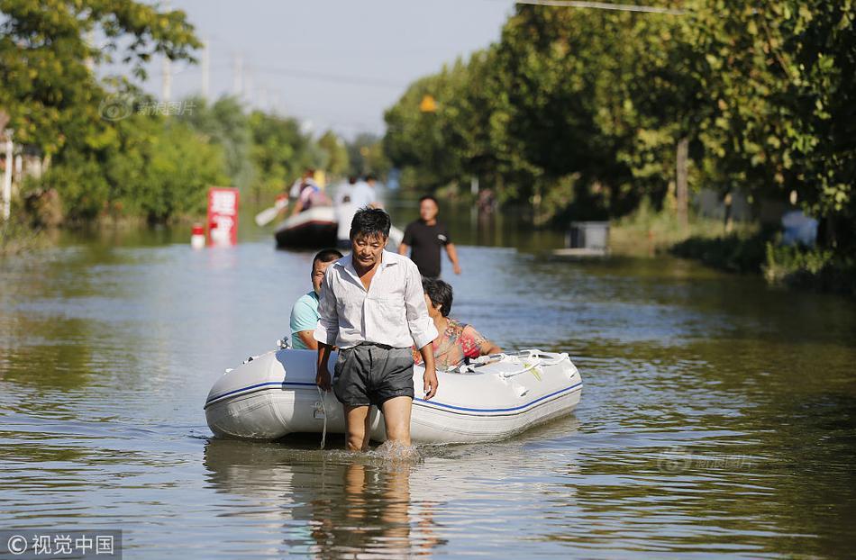 年8月23日,山东寿光.爸爸拖船前行,船上妻子、儿子保护着儿子