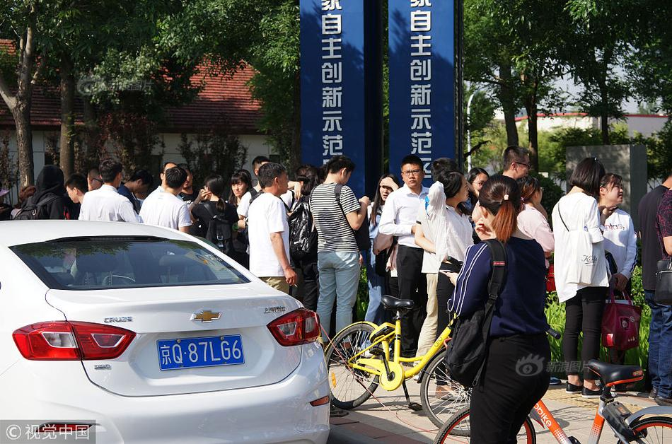 北京发生山洪灾害 铲车翻倒4人被困