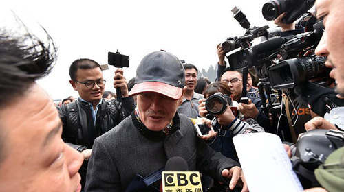 赵本山现身两会现场笑对记者围堵