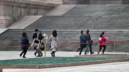 全国政协十二届四次会议开幕:记者飞奔