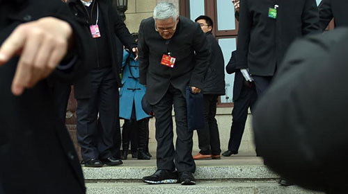 赵本山现身两会现场向记者鞠躬