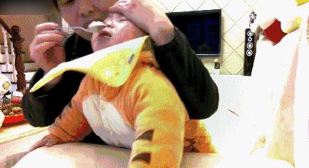 实拍:保姆掌掴1岁幼儿 竟然捏鼻强灌米糊