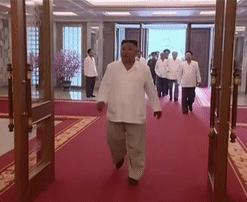 朝鲜央视曝光金正恩最新画面:步履矫健行动自如
