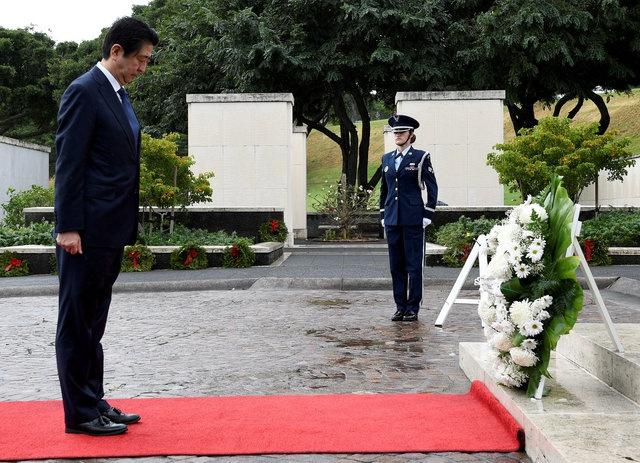 安倍抵夏威夷向葬有珍珠港袭击战殁者公墓献花