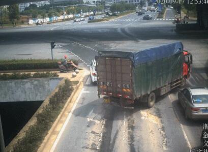 持假证货车司机在义乌追尾:系2年前网购 全责拘10日