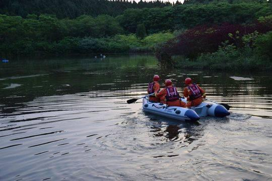 村民划船喂鱼落水身亡 消防开闸放水二次打捞上岸