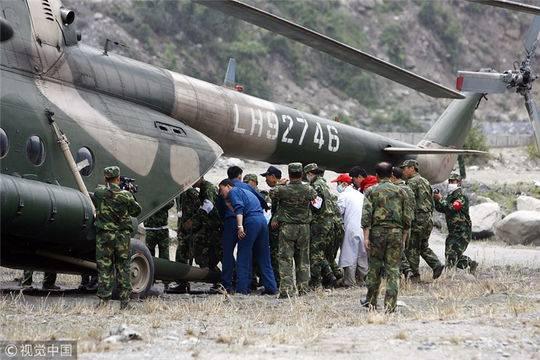 2008年5月20日,马元江被送上直升飞机送往成都接受治疗。图据视觉中国