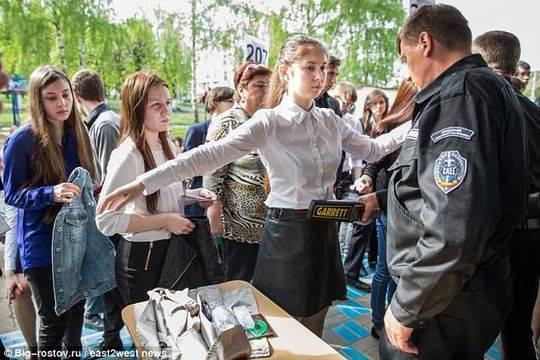女生在进入考场前接受安检。