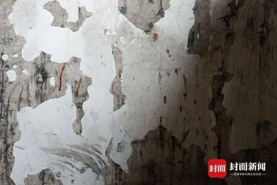 案发现场,楼道墙壁上仍有血迹