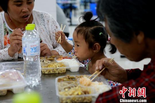 受灾民众在潍坊寿光市营里镇第二初级中学安置点进餐。 梁�� 摄