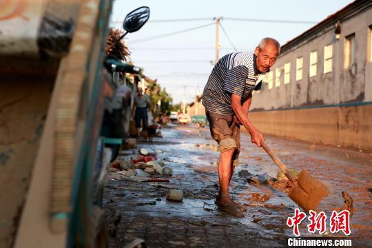 8月24日,洪水退去后潍坊寿光政府组织人员清理街道。潍坊市已启动《重大自然灾害卫生应急预案》最高级别响应。据统计,潍坊市已修复县乡路路基、路面79.14公里,局部损毁桥涵11座;抢通县乡公路22条、143公里。 梁�� 摄