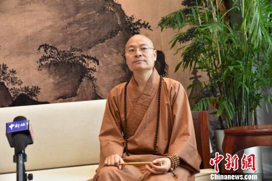 图为杭州灵隐寺住持光泉法师接收中新网记者专访。何蒋勇 摄