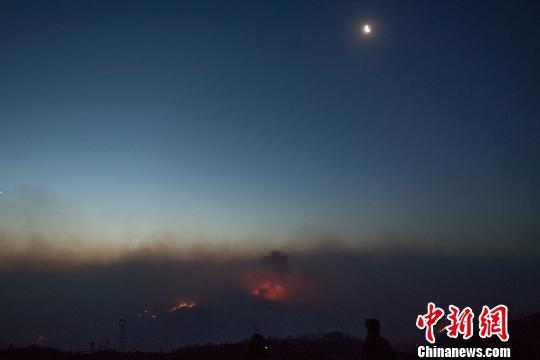山西沁源森林火灾:村民凌晨被锣声吵醒 放牛出栏
