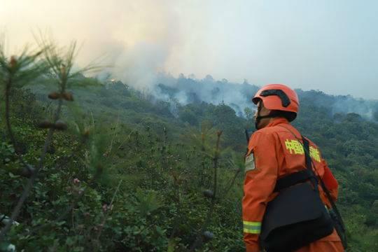 四川凉山喜德森林山火 现场400人正在开设隔离带(图)图片