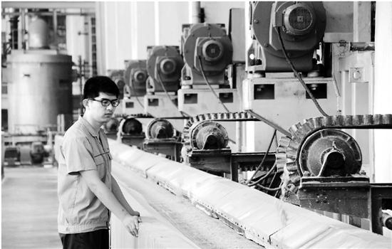 某原料药厂在生产中。新华社资料图