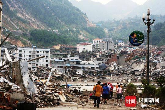 地震来临 72岁的他执意挺进震区