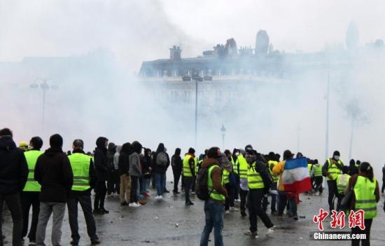 当地时间12月1日,巴黎再次发生大规模示威活动。数以千计示威者聚集在凯旋门,凯旋门周边地区笼罩在催泪瓦斯的烟雾中。中新社记者 李洋 摄