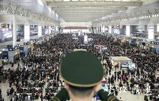 (繁忙的虹橋火車站。)