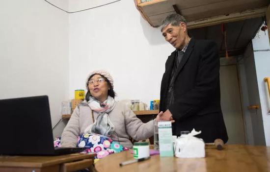 4月11日,吴素环在位于桐庐县桐君街道的家中给老伴陈洪明朗诵自己写的诗作。