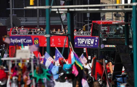 9月20日,观光大巴经过美国纽约时报广场。