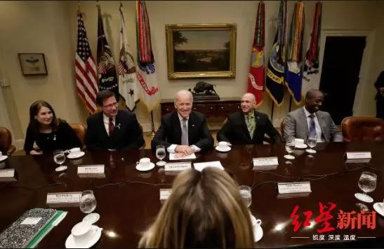↑里奇曼和美国前副总统拜登在国会办公室(图自SBS)