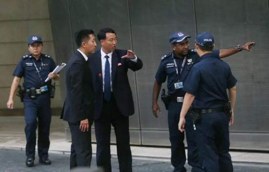 朝方人员在与新加坡警方交流(摄:崔萌)