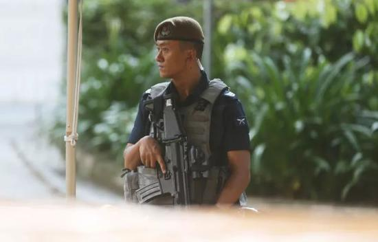 在金正恩下榻酒店外执行安保任务的廓尔喀雇佣兵   (摄影:环球时报英文版 崔萌)