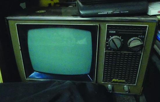 上海无线电十八厂飞跃牌9寸黑白电视机