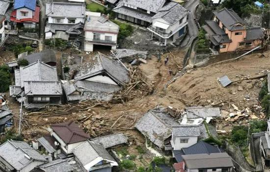 这是7月7日在日本广岛吴市拍摄的被泥石流摧毁的房屋。新华社/美联