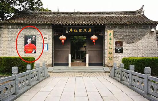 江苏淮安吴承恩故居门口设置六小龄童的画像和雕像