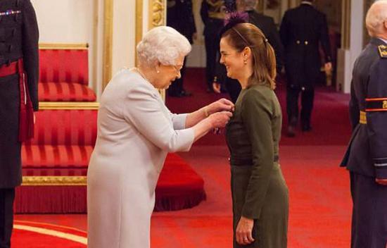 △2016年,英國女王爲科恩頒發維多利亞皇家司令勳章。