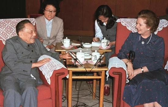 1982年9月24日,鄧小平和撒切爾夫人在北京人民大會堂會談。