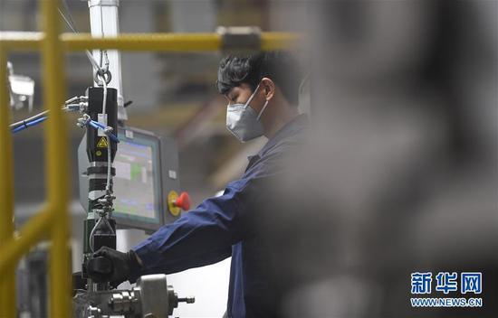 2月10日,工人在位于重庆市两江新区的长安福特变速器工厂装配车间内作业。新华社记者王全超摄