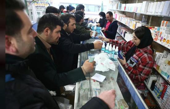纷纷到药店买口罩的伊朗人 来源:路透社。