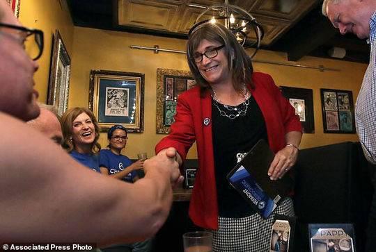 美国或迎来首位变性女州长:她2年前变性 曾是CEO