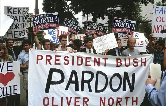 ▲资料图片:奥利弗·诺斯支持者在华盛顿集会游行。