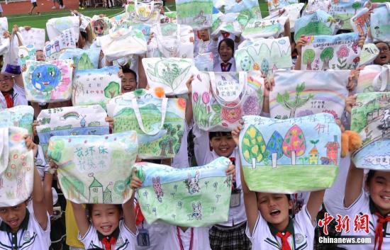 資料圖:小學生手繪環保袋 呼吁市民環保出行. 陳超 攝