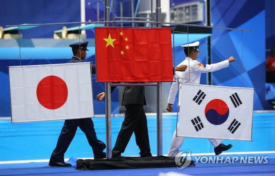 亚运会颁奖仪式上,韩国国旗被挂反。(韩联社)